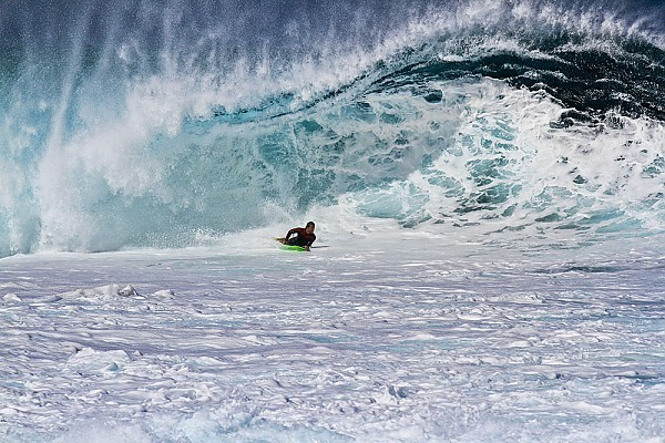 Oahu's North Shore Large swell hitting the Banzai Pipeline